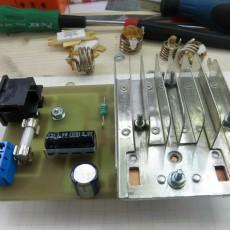 Тыльная сторона ВЧ-генератора: коммутация, предохранитель, конденсаторы и радиатор