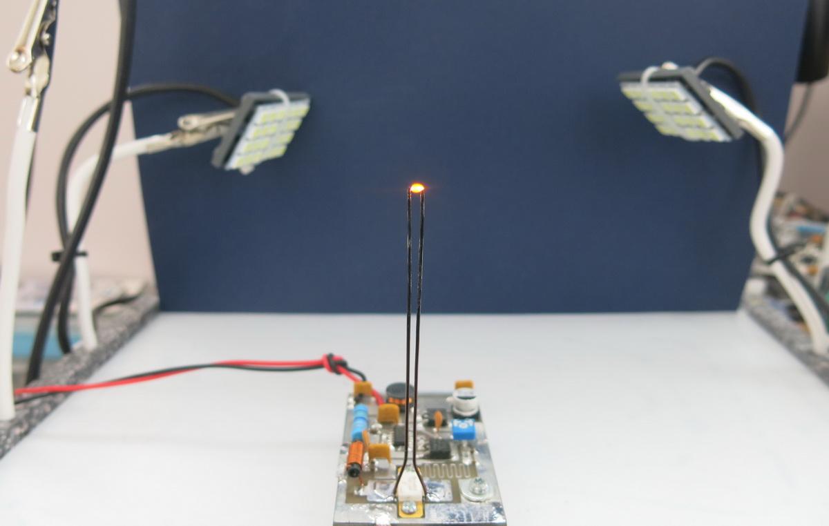 Плазменная дуга между резонаторами ВЧ-генератора на транзисторе MRF284
