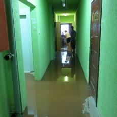 Потоп к коридоре, прорвало трубу на несколько этажей выше...