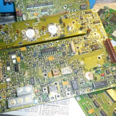 Платы от старых устройств - прекрасный источник радиодеталей