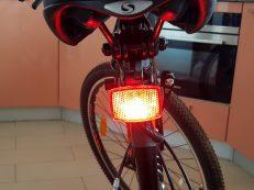Задний катафот велосипеда Stels Focus  с включенными светодиодами